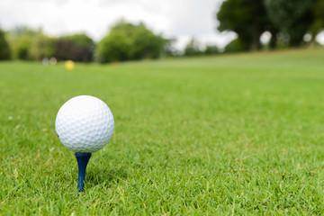 Golfen - Golfball auf Tee