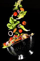 bunter Salat in Sieb fallend