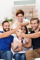 vier freunde halten zusammen
