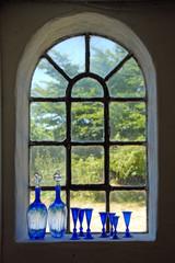 Glaskunst vor Sprossenfenster