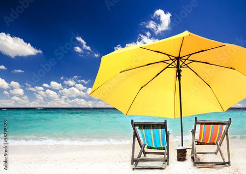 Пляж с желтыми зонтами  № 1497343 бесплатно