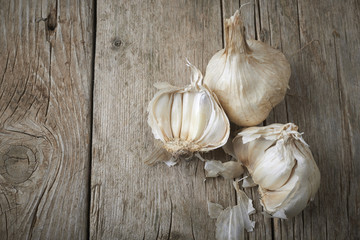 whole and cloves of organic garlic