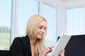 junge frau im büro arbeitet mit tablet