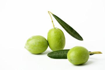 Fototapete - Tre olive verdi e foglie