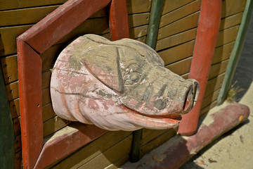 testa di maiale in legno scolpito