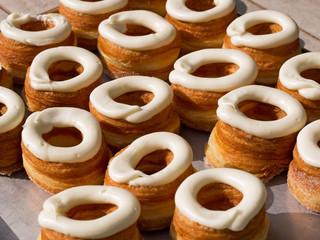 Verlockendes Angebot - frische Cronuts
