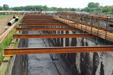 Cleaning construction for a sewage treatment