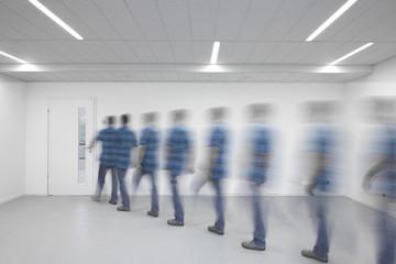 Büro Alltag  laufender Mann