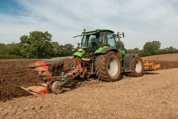 Traktor bei der Feldbearbeitung 015