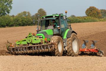 Traktor bei der Feldbearbeitung 029