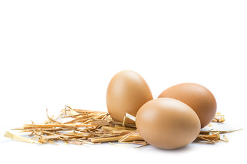Huevos de gallina aislados sobre un fondo blanco