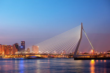 Photo sur Aluminium Rotterdam Erasmus Bridge in Rotterdam at Twilight