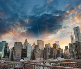 New York stadsgezicht vanaf Brooklyn Bridge. Wolkenkrabbers bij zonsondergang