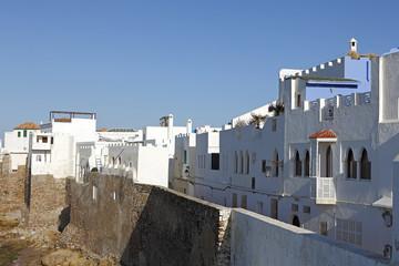Häuserfront in Assila, Marokko