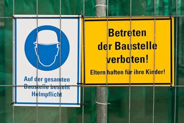 Schilder - Baustelle - Helmpflicht und Betreten verboten