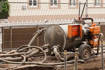 Grundwasserabsenkung beim Strassenbau - Pumpe und Schläuche