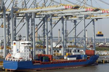 Containerschiff am neuen Containerterminal bei London, Großbrit