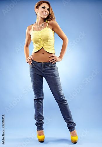 особенности девушки в джинсах видео наносят пораженные участки