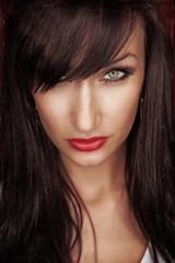 schöne dunkelhaarige Frau mit roten Lippen