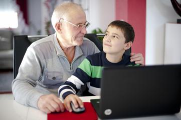 Großvater und Enkel am Computer