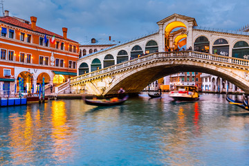 Wall Mural - Rialto Bridge at dusk