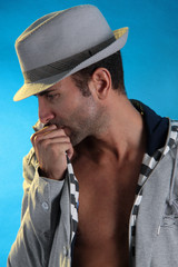 Mann mit Hut in Sorge