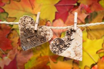 Herzen vor Herbstlaub