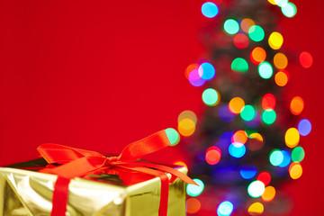 Geschenk vor Weihnachtsbaum zu Weihnachten