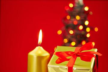 Geschenk und Kerze zu Weihnachten