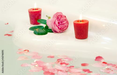 wellness badewanne mit rosenbl ttern und kerzen copy space stockfotos und lizenzfreie bilder. Black Bedroom Furniture Sets. Home Design Ideas