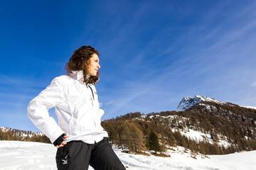 Wall Mural - Ragazza in montagna in inverno con neve