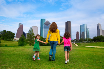 Fotomurales - Mother and daughters walking holding hands on city skyline
