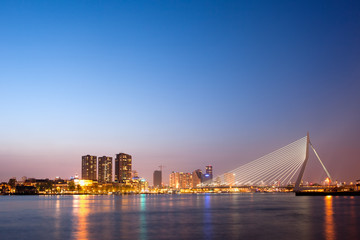 Photo sur Aluminium Rotterdam Erasmus Bridge in Rotterdam at Dusk