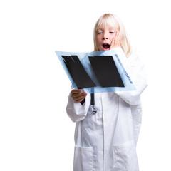 kleines Mädchen als Ärztin mit Röntgenbild