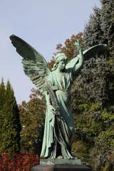 Großer Engel auf herbstlichem Friedhof