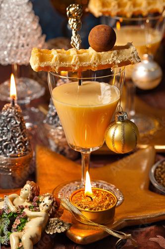 weihnachtlich gedeckter tisch mit dessert im glas. Black Bedroom Furniture Sets. Home Design Ideas