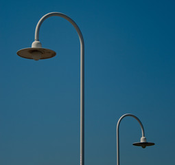 Lampioni bianchi con sfondo il cielo blu