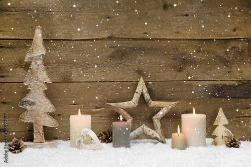 weihnachten nat rlich aus holz deko mit vier kerzen stockfotos und lizenzfreie bilder auf. Black Bedroom Furniture Sets. Home Design Ideas