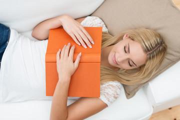 blonde frau ist beim lesen eingeschlafen