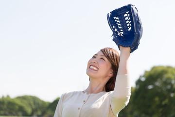 キャッチボールをする女性