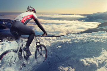 Fototapete - Cyclist in the mountains