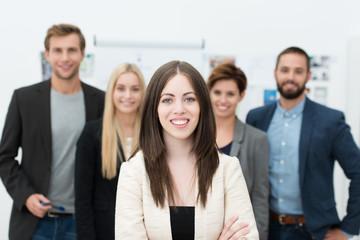 erfolgreiche junge mitarbeiterin im team