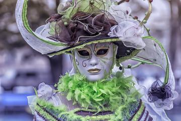 femme masquée  en costume de fête