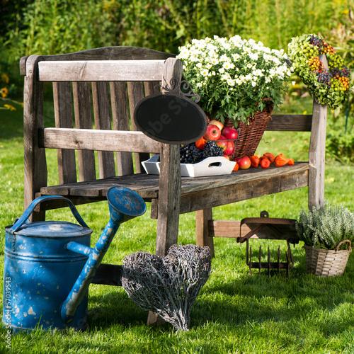Gartenbank mit herbstdekoration stockfotos und - Mini garten basteln ...