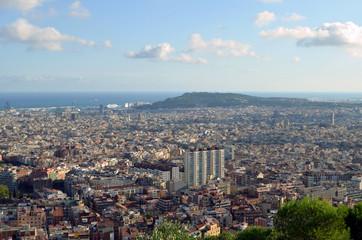 Vista de Barcelona con la colina de Montjuic al fondo.