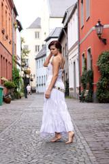 Frau im Kleid beim Stadtspaziergang