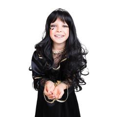 junges kleines Mädchen im Hexenkostüm