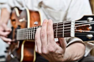 gros plan sur les doigts du guitariste