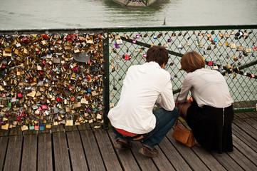 couple sur le pont des Arts à Paris