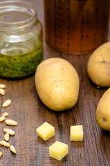 Kartoffeln und Zutaten für eine Suppe